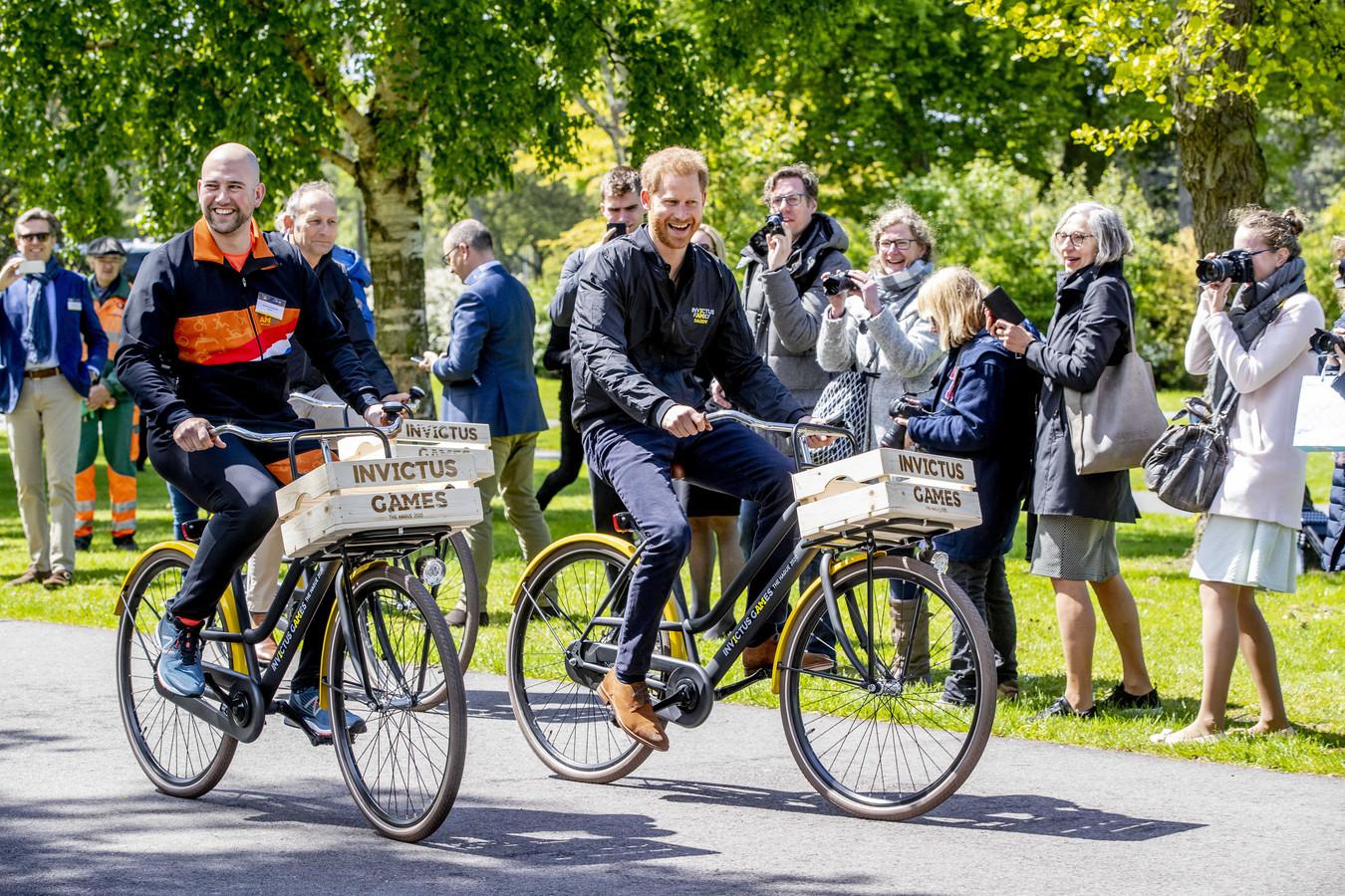 Atleet Dennis Van Der Stroom, Prins Harry en gastheer Luitenant Generaal b.d. Mart de Kruif fietsen door het park tijdens de presentatie van de Invictus Games The Hague 2020. Ter illustratie.