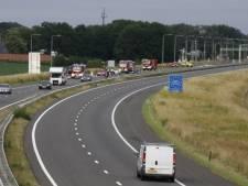 Auto vat vlam op snelweg, maar één rijstrook open
