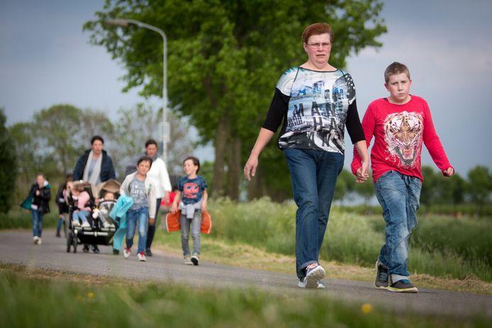 Het vertrouwde beeld van de avondvierdaagses zal dit jaar nergens te zien zijn, toch willen vier sportdocenten heel Nederland aan het wandelen krijgen begin juni.