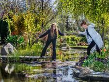 Wilma geeft rondleidingen door haar tuin met twee gezichten: 'Dit is waar mijn hart ligt'