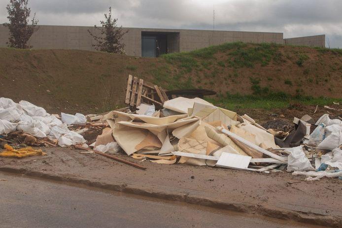 Het achtergelaten afval in de Siesegemkouter. (Archiefbeeld)