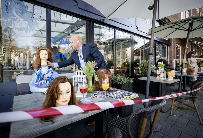 Etalagepoppen hebben een plek gekregen op het terras van restaurant Schoonoord in Oosterbeek als ludiek protest tegen de aanhoudende sluiting van de horeca.