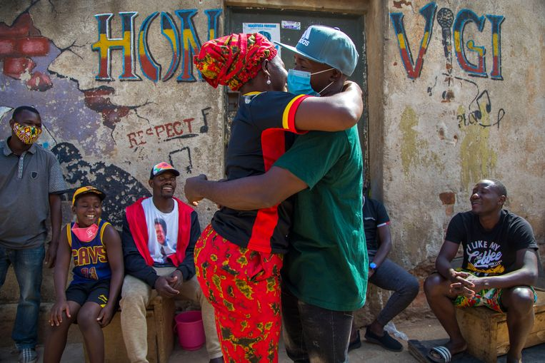 Een warm weerzien bij zijn krachthonk in Kampala.  Beeld Katumba Badru Sultan