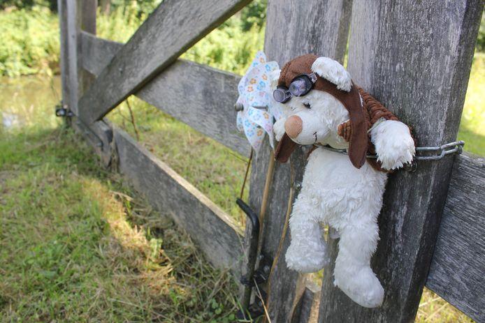 Bij de plek waar Romy is gevonden, hangen een beertje en een ketting met een hartje aan een  hek.