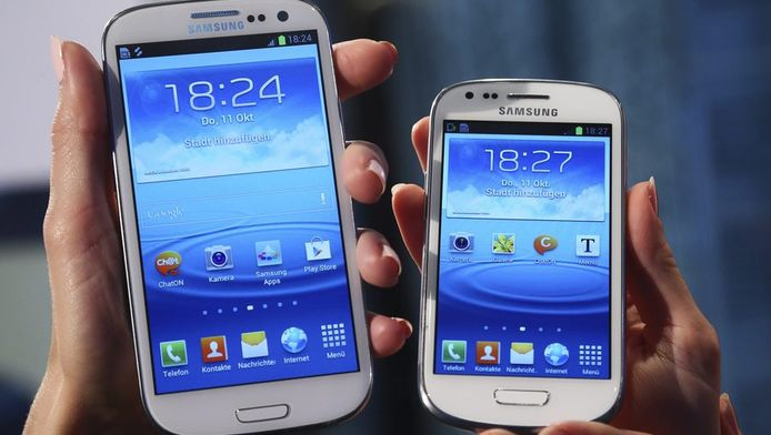 Een Samsung Galaxy S3 en een S3 mini.