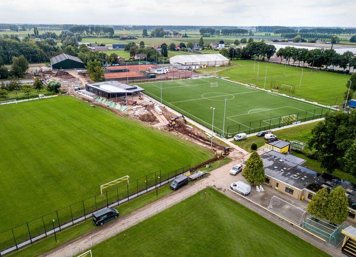 Het nieuwe complex van voetbalclub Leones met rechtsonder het oude hoofdveld waar woningbouw op komt.