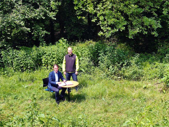De samenwerkingsovereenkomst voor drie minibossen in de Hoeksche Waard werd ondertekend door wethouder Paul Boogaard (zittend) en projectleider Dylan Haanappel.