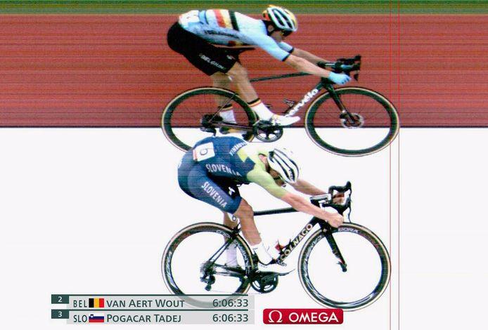 Van Aert haalde het in de sprint om zilver met een banddikte van Pogacar.