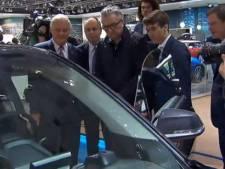 Le prince Laurent évite les voitures de sport au Salon de l'Auto