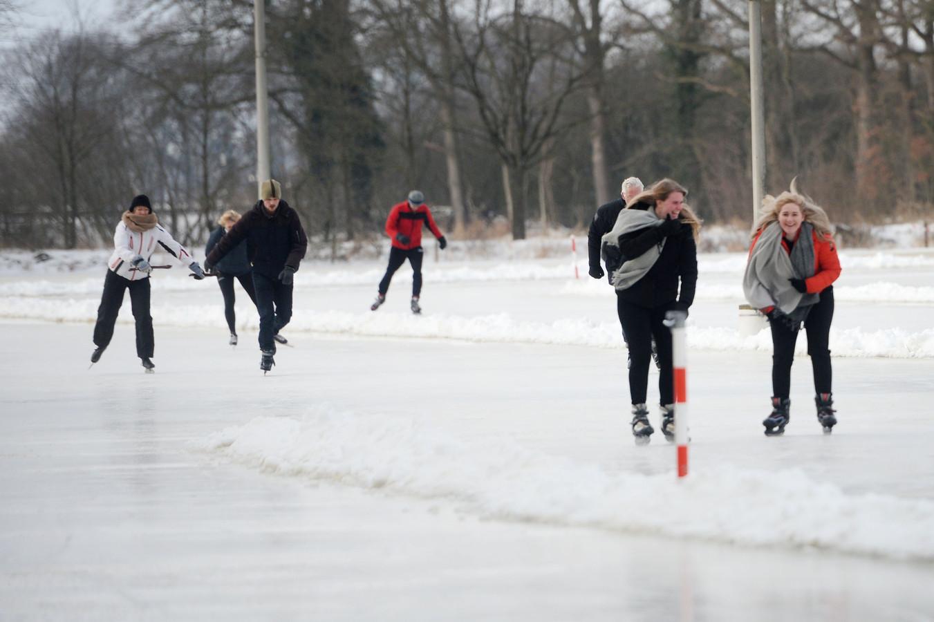 De ijsbaan in Zenderen werd vrijdag geopend.