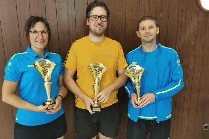 Het podium van het clubkampioenschap van TTC Aaigem vlr. Evi Guns (zilver), Brecht Van De Poel (goud) en Arnaud De Vuyst (brons).