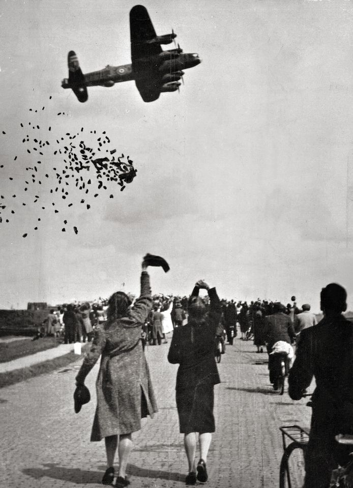 Voedseldroppings in 1945 boven Delft.