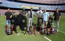 Luis Suárez nam gisteren afscheid in Camp Nou met alle prijzen die hij de afgelopen zes jaar won. Lionel Messi (links), Sergio Busquets, Gerard Piqué, Jordi Alba en Sergi Roberto deelden alle successen met hem.