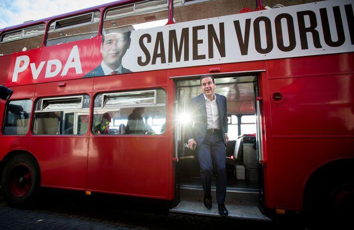 Lijsttrekker Lodewijk Asscher (Pvda) voert campagne in Utrecht.