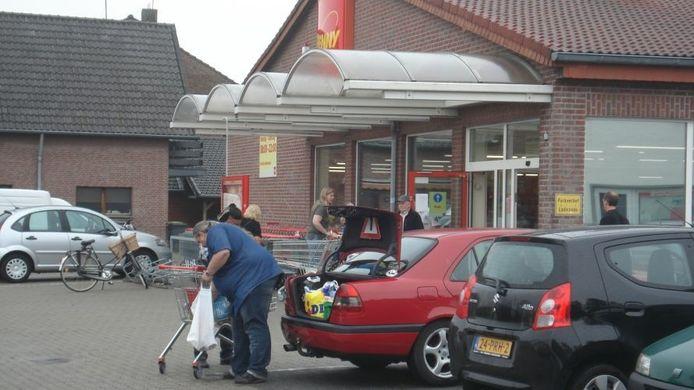 Nederlandse auto's bij de Penny supermarkt in Elten.