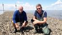 WUR-projectleider Tom Ysebaert (links) en Aad Smaal, emeritus hoogleraar en lector aan de HZ, op één van de oesterriffen aan de Oesterdam bij Tholen. Smaal begeleidde de Bengalese promovendus Shah Chowdhury bij zijn onderzoek naar oesterriffen als kustverdediging.