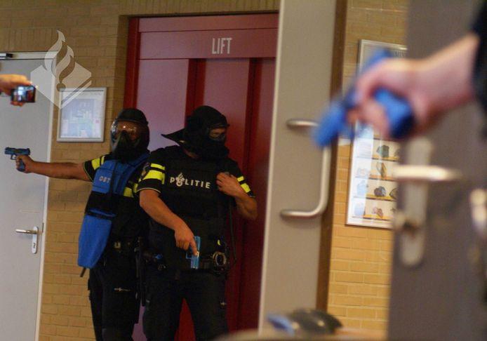 Archieffoto van een oefening van de politie in Staphorst; daar werd een school shooting in het gebouw van Scholengemeenschap Pieter Zandt gesimuleerd.