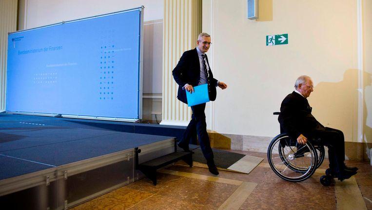 Wolfgang Schäuble (R) verlaat het podium. Beeld afp