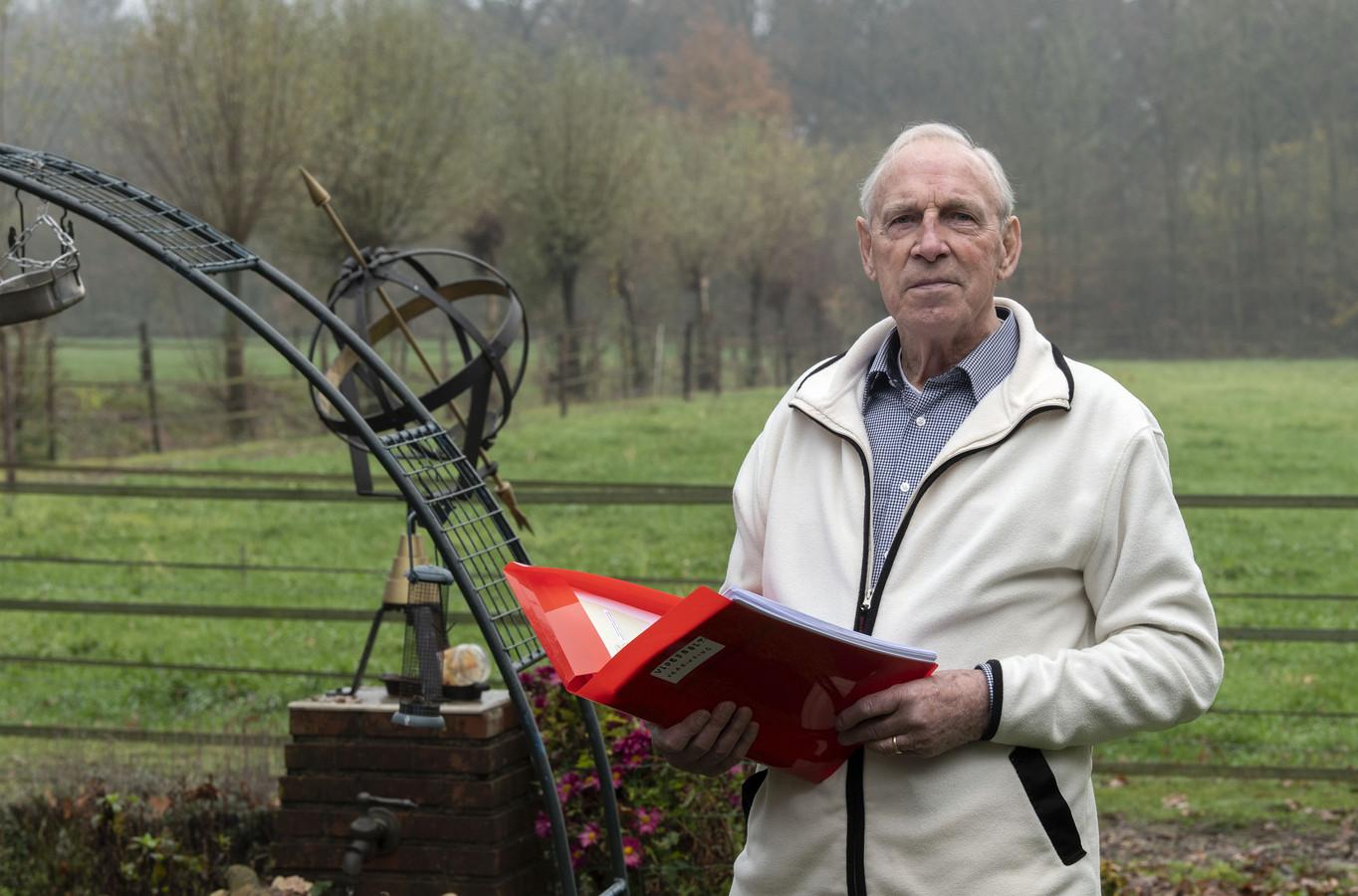 Ed Mossel voor de bomenrij, waar achter het zonnepark moet worden aangelegd.