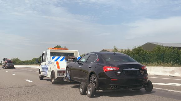 Zes wagens uit het imposante wagenpark van de broers, waaronder deze Maserati, werden in beslag genomen.