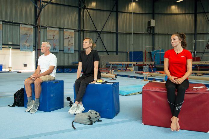 Van links naar recht: coach Yves Kieffer, coach Marjorie Heuls en gymnast Nina Derwael tijdens de persconferentie over het 'psychisch grensoverschrijdend gedrag'.