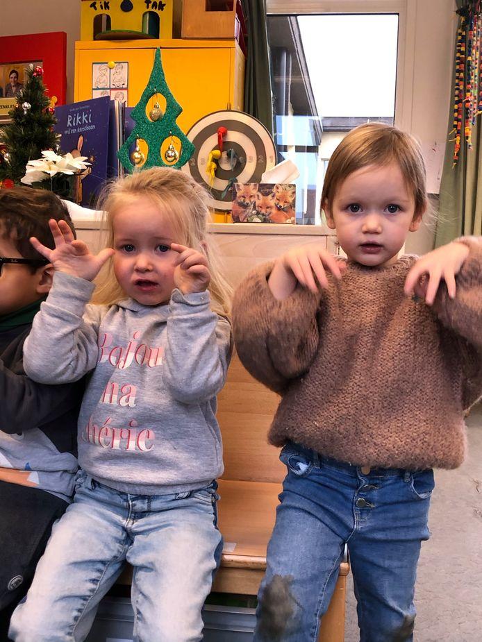 Op 't Scholeke in Gooreind oefenen de kleuters een volledig coronaproof nieuwjaarsbrief in.