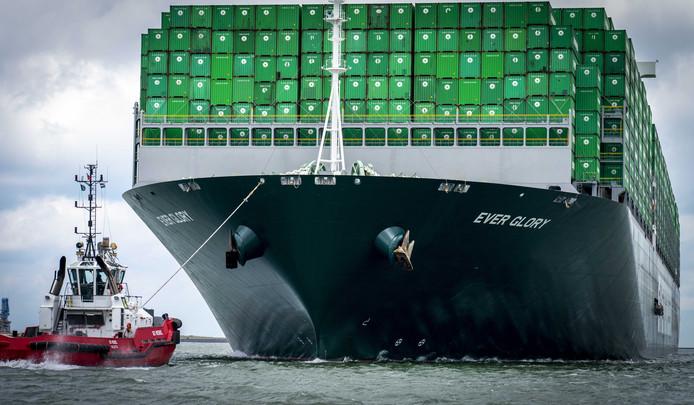 Een containerschip in de haven van Rotterdam.