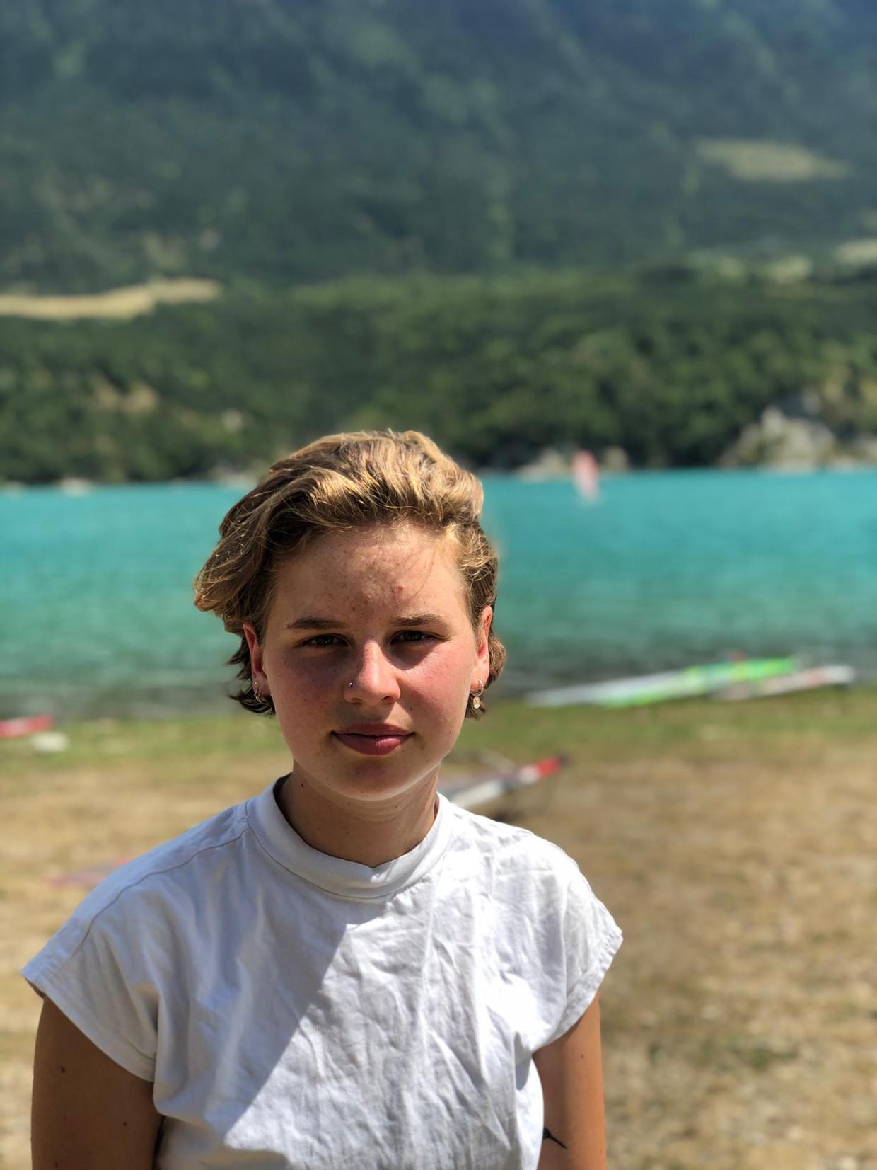 """Klimaatactiviste Anuna De Wever had net even vakantie in de Franse Alpen. """"Mijn zussen, papa en ik komen al sinds mijn negende naar het meer van Monteynard om te surfen"""