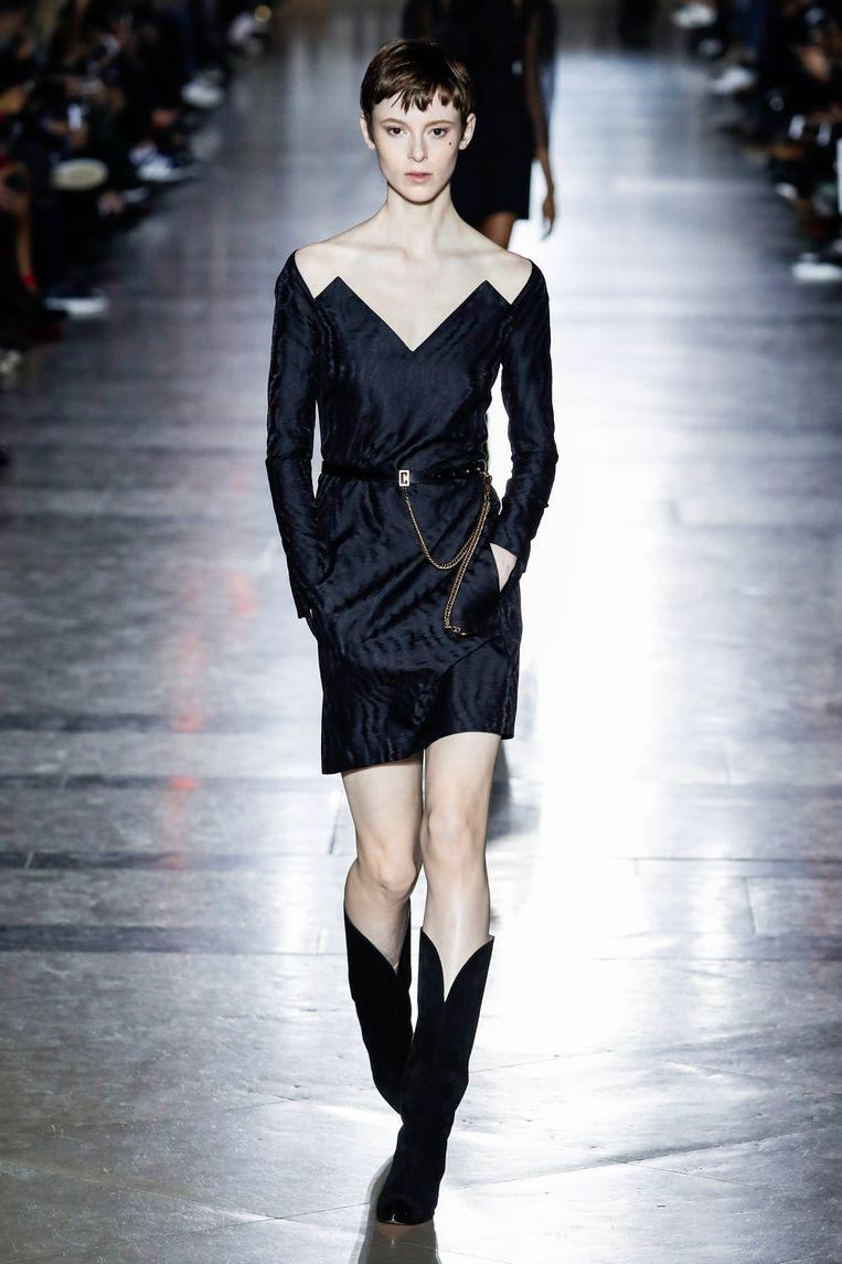 ►De modellen bij Givenchy, Louis Vuitton en Chanel tijdens de Parijse modeweek: maat 34 of lager en spierwit. Beeld Photo News