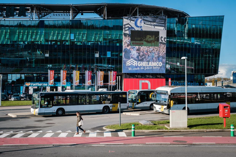 De bushalte van De Lijn aan de Ghelamco Arena in Gent. Op deze locatie had de vervoersmaatschappij laadpalen hopen te plaatsen voor elektrische bussen maar ze kwam niet tot een akkoord met het bedrijf. Beeld Wouter Van Vooren