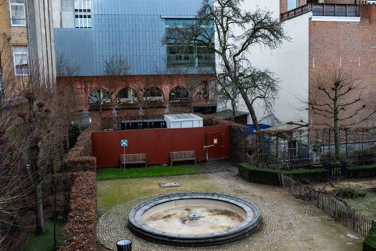 Op het grasveld en achter de bruine borden zal het nieuwe gebouw komen