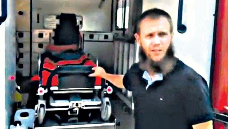 De Duitse Syriëganger Sven Lau, hier op YouTube-beelden, bij een ambulance van een omstreden hulporganisatie. Beeld Youtube
