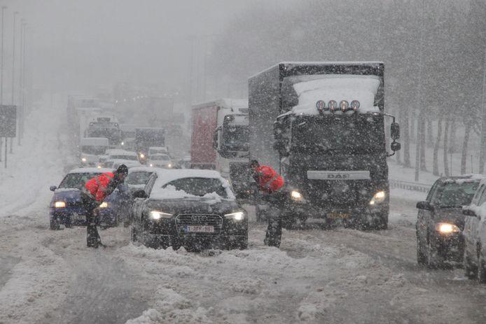 Op het verkeerscomplex van de E403 en de N36 op de grens tussen Izegem en Roeselare kwam de ene na de andere vrachtwagen of auto vast te zitten.