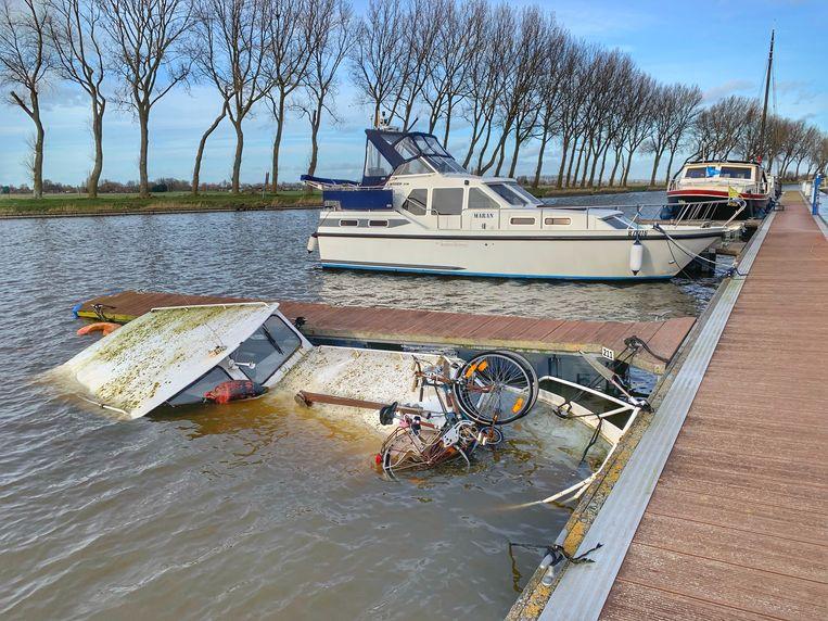 Het bootje lag er al enige tijd onbeheerd.