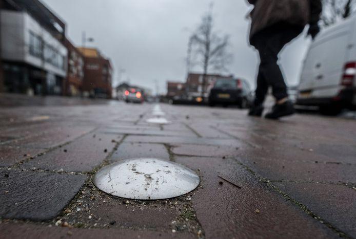De zogenoemde punaises die de plek van de historische stadswal markeren in het wegdek. Die waren ooit bol en werden op verzoek van inwoners afgevlakt.