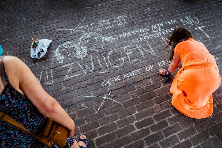 In het centrum van Gent vond woensdagavond een stille wake plaats voor het 14-jarige meisje dat uit het leven stapte na een groepsverkrachting. Beeld © Stefaan Temmerman