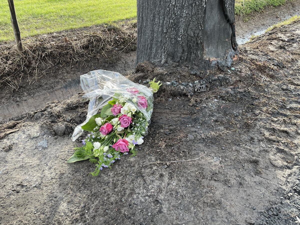 Op de plek van het dodelijk ongeval in Enter zijn bloemen neergelegd.