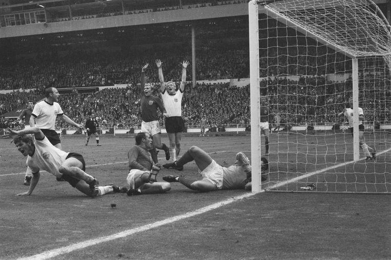 West-Duitsland scoort vlak voor tijd de gelijkmaker tegen Engeland in de WK-finale van 1966. Karl-Heinz Schnellinger (midden) juicht met beide armen in de lucht. Beeld Getty Images