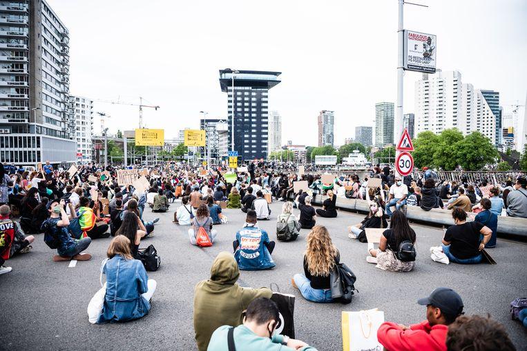 Mensen protesteren in Rotterdam, in reactie op de gewelddadige dood van George Floyd in Minneapolis. Beeld Katja Poelwijk