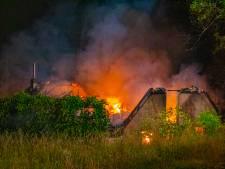 Grote uitslaande brand verwoest woning aan dijk bij Nijmegen