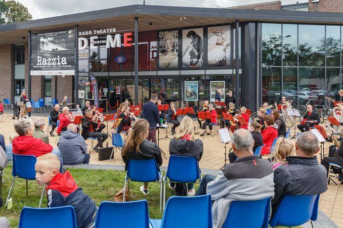 Buiten theater De Meenthe een optreden van bigband VCE Westerveld. Met bezoekers keurig op anderhalve meter afstand tijdens de eerste Steenwijkerlandse Culturele Uitdagen.