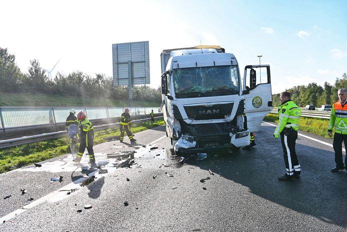 Vrachtwagenchauffeur gewond na botsing op A16.