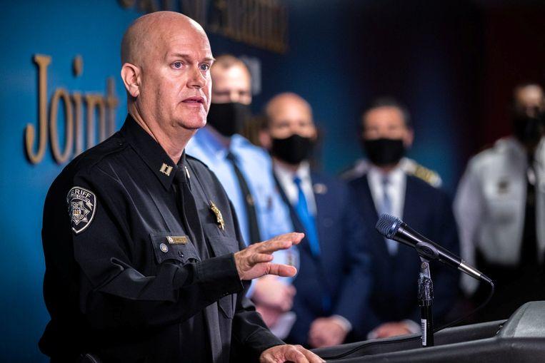 Politiekapitein Jay Baker van de Cherokee County Sheriff's Office sprak gisteren de lokale media toe, naar aanleiding van de schietpartijen in Atlanta waarbij acht doden vielen. Beeld via REUTERS