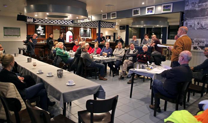 Wim Vermeulen geeft belangstellende uitleg over Walking Football in Schijndel.