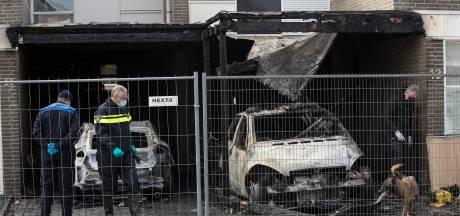 Politiehond speurt naar sporen na afbranden auto's en carport in 's-Heerenberg