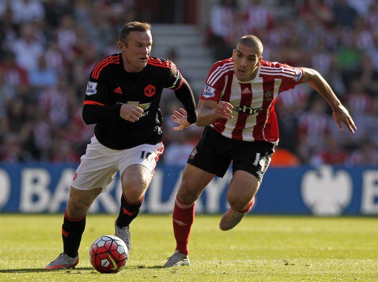 United-captain Wayne Rooney passeert Oriol Romeu van Southampton. Beeld null