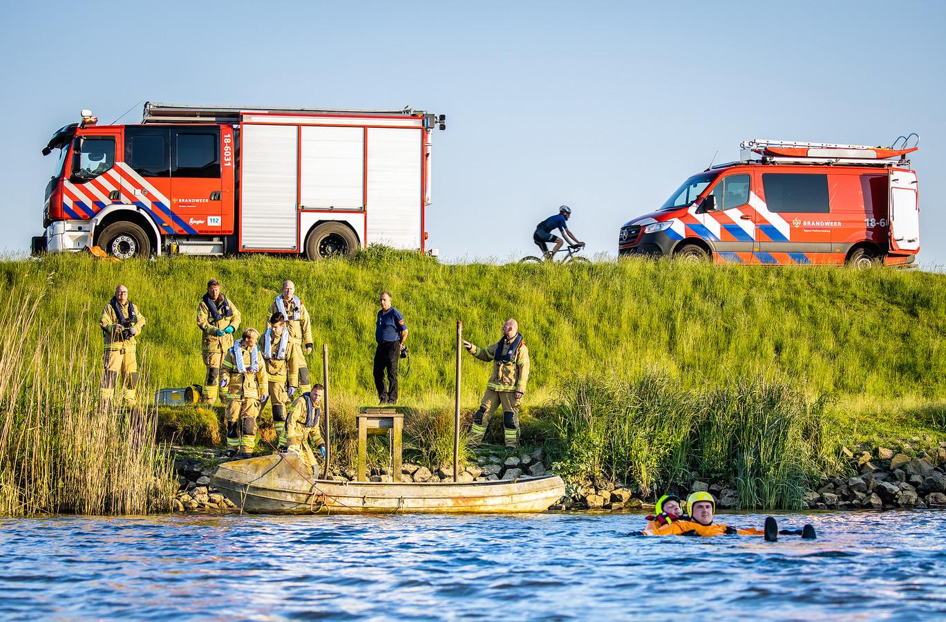 Het nieuwe oppervlaktereddingsteam van de brandweerpost Maasdam/Puttershoek aan het werk tijdens een oefening in Puttershoek.