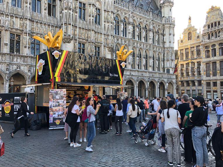 De frituur op de Brusselse Grote Markt lokt veel hongerige toeristen. Beeld BELGAONTHESPOT