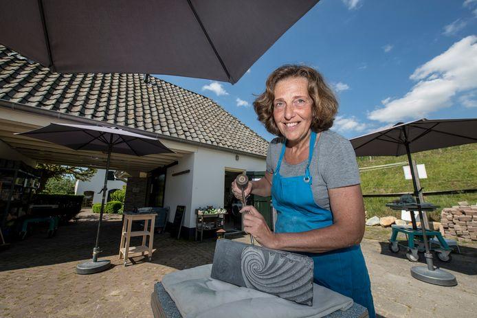 Anneke Wesseling: ,,Wat ik leerlingen altijd meegeef is, dat het bij beeldhouwen in steen totaal niet om kracht gaat, maar om techniek.''