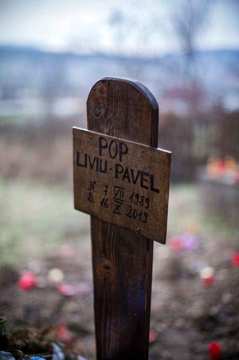Gedenkteken voor boswachter Liviu Pop. Beeld Julius Schrank